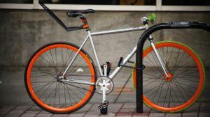 Fahrrad mit Fahrradschloss angeschlossen